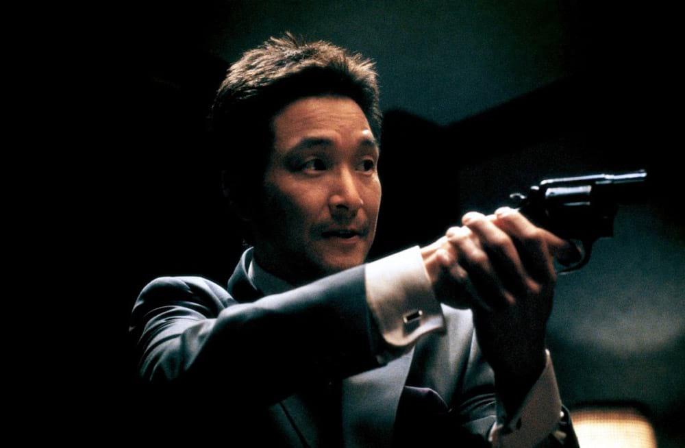 L'acteur coréen Han Suk-Gyu avec une arme à feu