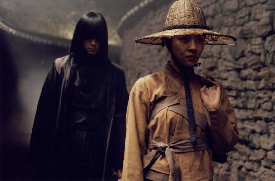 Gang Dong-Won et Ha Ji-Won dans une ruelle (Duelist)