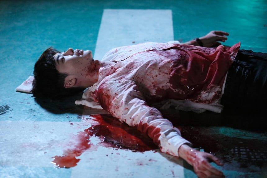 Lee Jong Suk étendu au sol avec du sang dans W: Two Worlds Apart