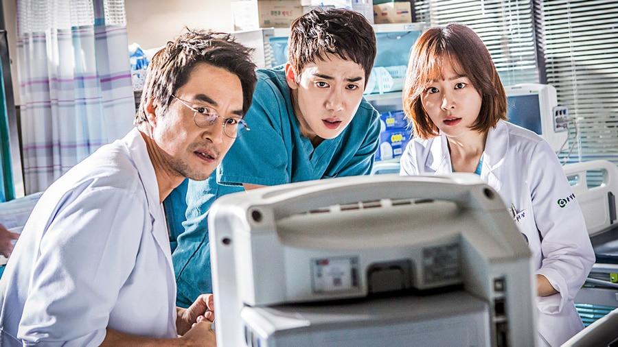 Kim Sabu, Kang Dong Joo et Yoon Seo Jung en action