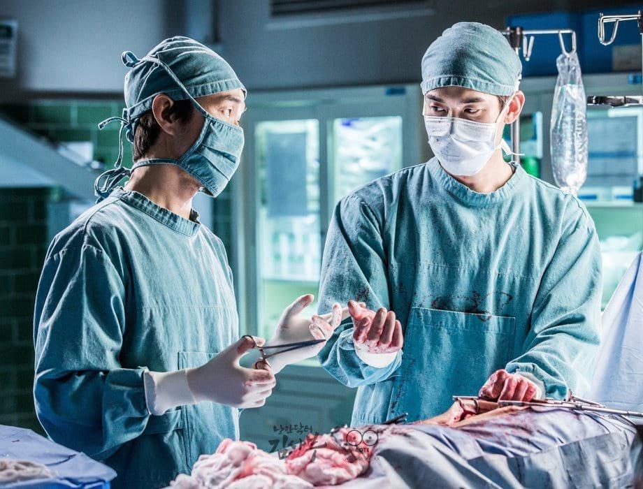 Kim Sabu (Han Suk Gyu) et Kang Dong Joo (Yoo Yeon Seok) en pleine opération dans Romantic Doctor, Teacher Kim (SBS 2016)