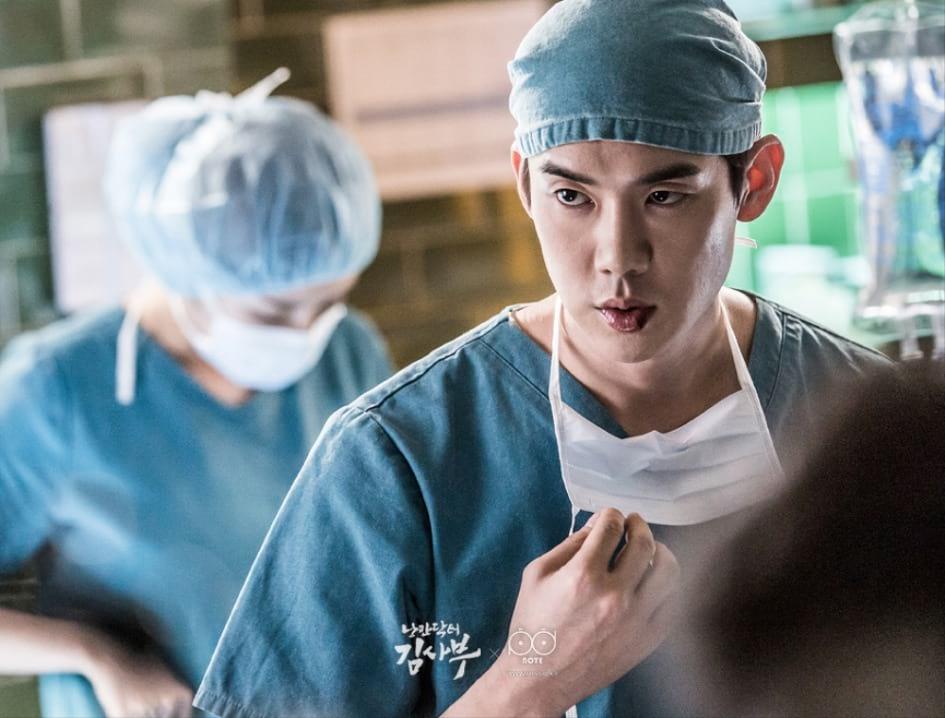 Yoo Yeon Seok interprète le chirurgien Kang Dong Joo dans Romantic Doctor, Teacher Kim (SBS 2016)