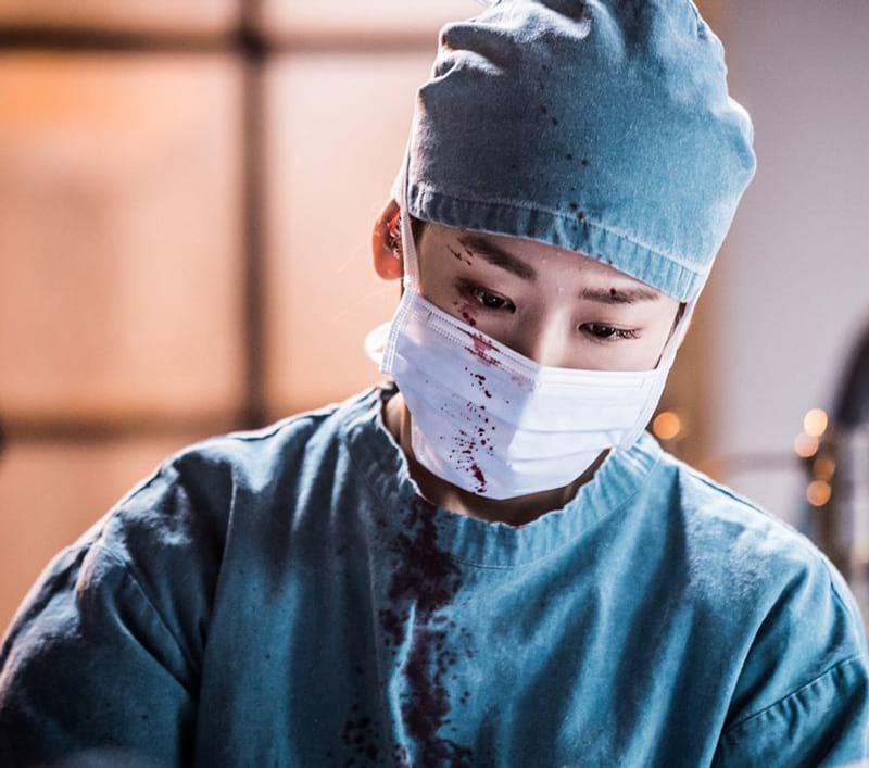 Seo Hyun Jin en pleine opératio dans Romantic Doctor, Teacher Kim