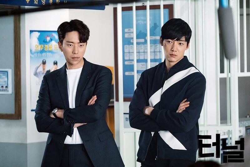 Yoon Hyun Min et Choi Jin Hyuk dans Tunnel