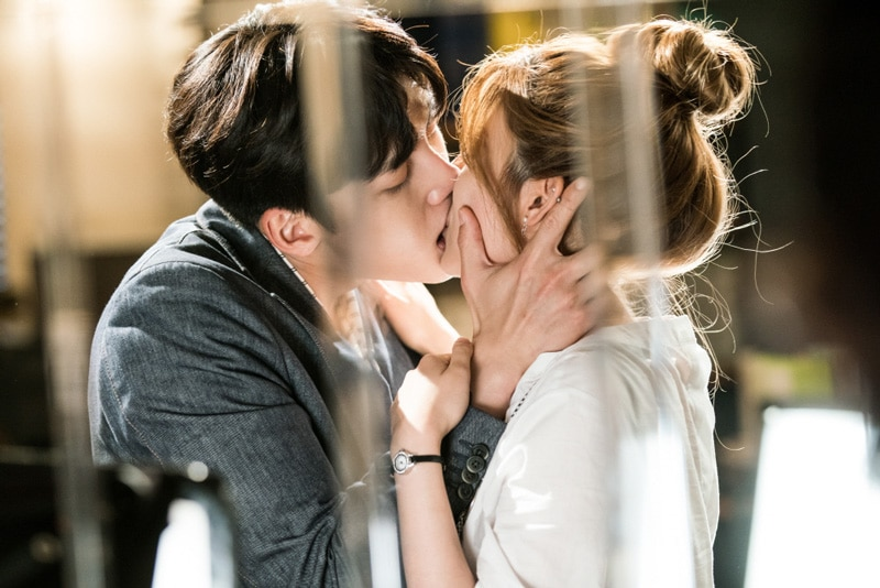 Ji Chang Wook et Nam Ji Hyun dans Suspicious Partner