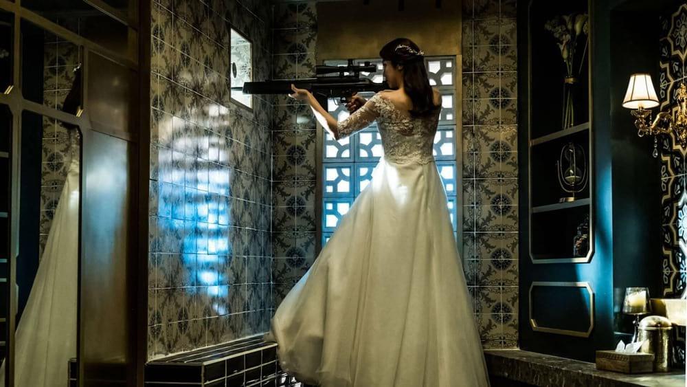 Kim Ok-Vin armée et en robe de mariée dans The Villainess