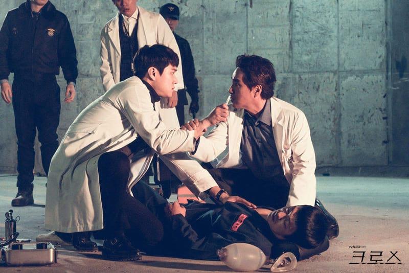 Go Kyung Pyo et Cho Jae Hyun dans Cross