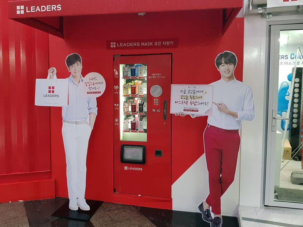 Lee Seung Gi et Yang Se Jong à l'entrée du pop up store Leaders Cosmetics