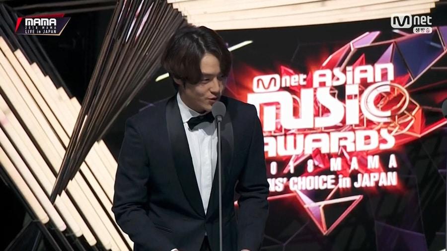 L'acteur Yang Sejong remet le prix de meilleur danseur aux MAMA 2018