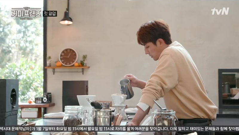 Son Ho Jun fait du café