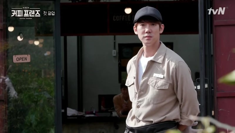 Yoo Yeon Seok devant la porte du café Coffee Friends
