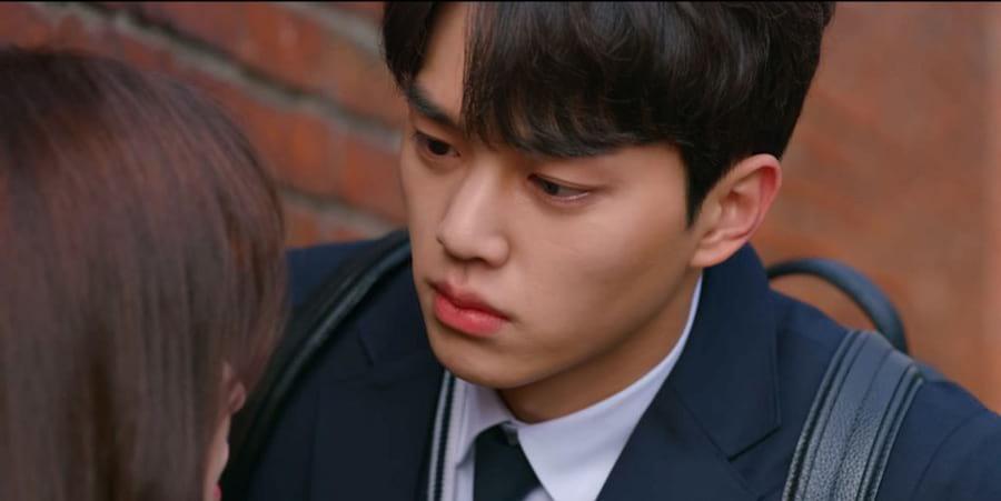 Song Kang dans la scène de baiser de Love Alarm