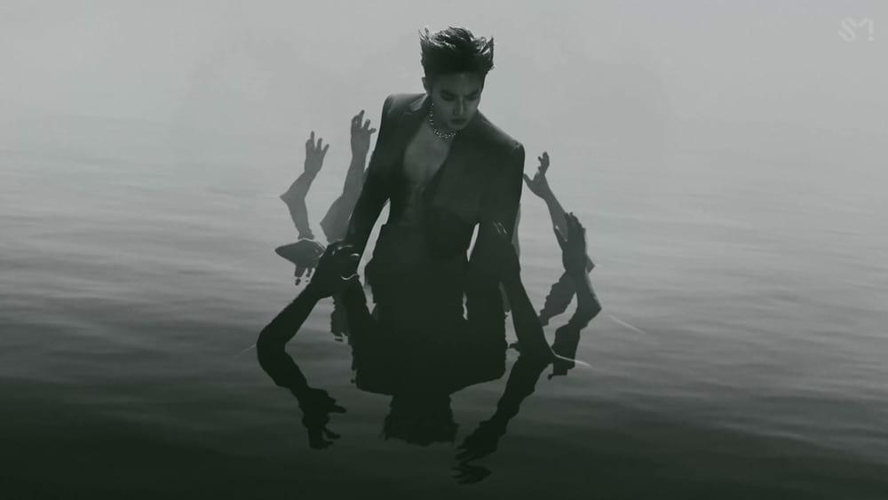 Obsession MV : Suho dans l'eau entouré de mains