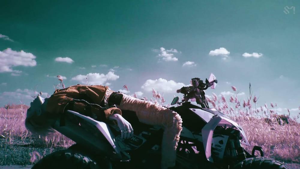 Kai (EXO) allongé sur une moto