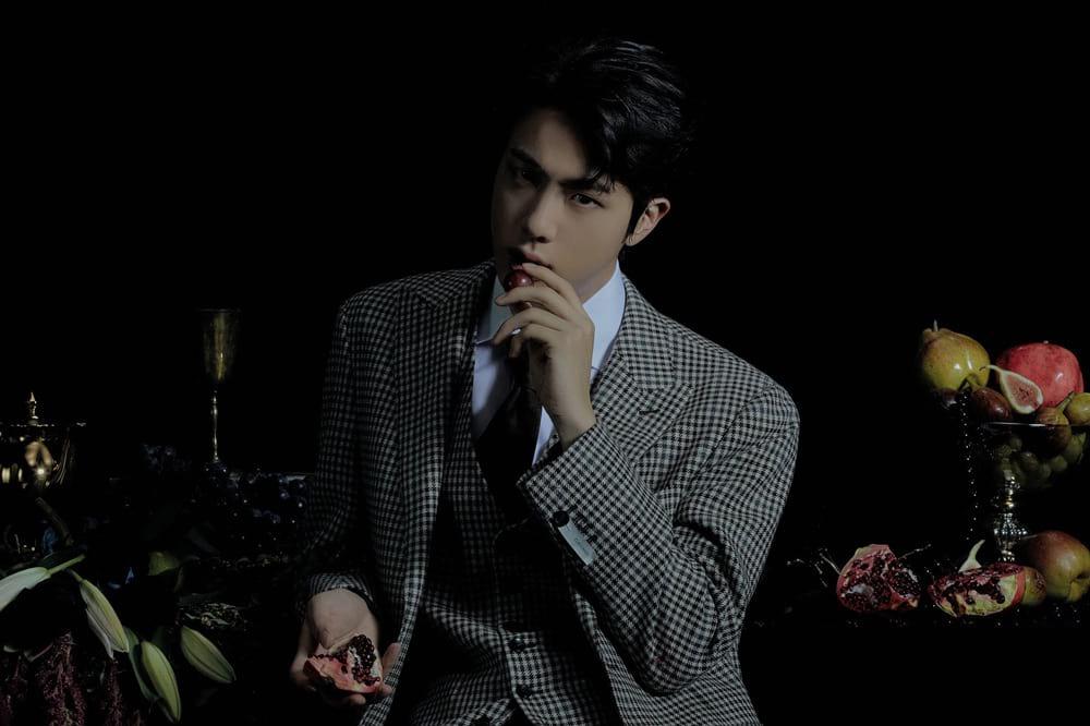 Jin de BTS mangeant du raisin
