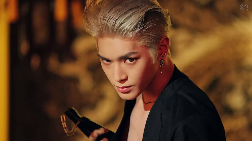 Taeyong avec un nunchaku