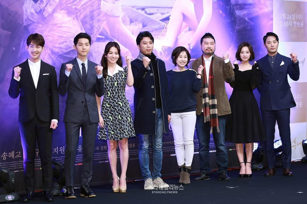 Le réalisateur Lee Eung-Bok et la scénariste Kim Eun-Sook entourés des acteurs de Descendants of the Sun - Song Joong-Ki, Song Hye-Kyo, Kim Ji-Won, Jin Goo et Lee Jin-Ki.